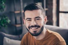 他的特写镜头画象他nice-looking有吸引力的有胡子的爽快快乐的确信的美满的人消费时间在 库存图片