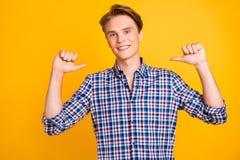 他的画象他穿被检查的衬衣的nice-looking可爱的时髦骄傲的快乐的爽快人把拇指指向  库存图片