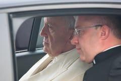 他的神圣教皇坐在汽车的弗朗西斯 库存照片