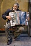 他的老人坐的手风琴 图库摄影