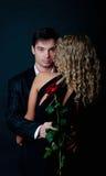 他的藏品拥抱人玫瑰色妇女 免版税库存照片