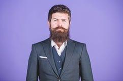 他的设计是受欢迎的 正式时尚 时髦的有胡子的PR专家成熟行家 残酷的PR专家 库存照片