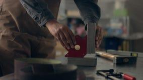 他的车库的工作者两块金属砖为焊接做准备 免版税图库摄影