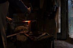 他的车间锻件的铁匠 免版税库存图片