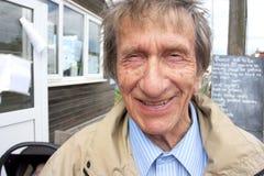 他的20世纪80年代的年长人微笑对照相机的 免版税库存照片