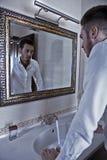 他自己查找人镜子作为 库存照片