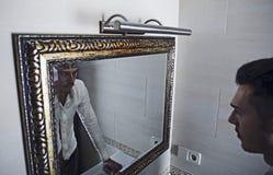 他自己查找人镜子作为 图库摄影