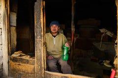 他自己的印地安人商店烘烤` Naan `面包, Naan是被用烤箱烘的小面包干 图库摄影