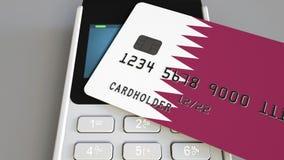 付款或POS终端有以卡塔尔的旗子为特色的信用卡的 Qatari零售商务或银行业务系统概念性3D 库存图片