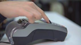 付款的片刻与一张信用卡的通过服装店的终端 影视素材