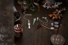 仙境辅助部件 老占卜卡片和一把石摆锤甲板  库存照片