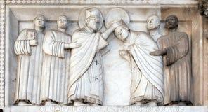 代表圣马丁,圣马丁大教堂的故事低音安心在卢卡,意大利 免版税库存图片