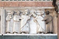 代表圣马丁,圣马丁大教堂的故事低音安心在卢卡,意大利 免版税库存照片