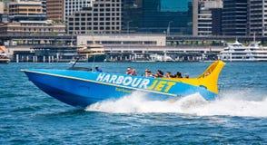 令人兴奋快速的喷气机小船乘驾在悉尼港口,悉尼,澳大利亚 图库摄影