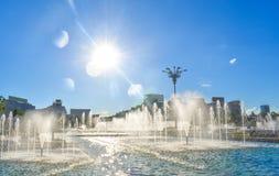 令人惊讶的喷泉在布加勒斯特市街市联合的正方形或皮亚塔unirii的 图库摄影