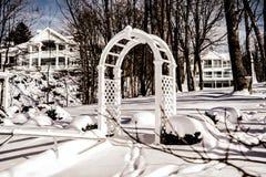 令人惊讶的多雪隐蔽的豪华乙烯基树荫处和美丽的昂贵的白色房子日内瓦湖,WI,美国01/27/2019 图库摄影