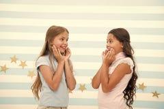令人惊讶的惊奇的新闻 女孩激动的表示 女孩孩子刚刚听说了令人惊讶的新闻 惊奇的孩子激动 免版税库存照片