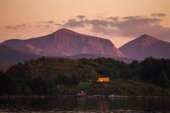 令人惊讶的日落光和颜色由Gjerdavika岸,不 库存图片