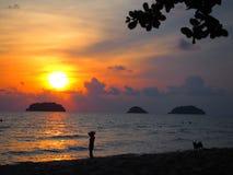 令人惊讶的日落在Ko张泰国的南部的一个海岛,接近柬埔寨边界 库存照片
