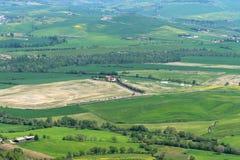令人惊讶的春天五颜六色的风景在托斯卡纳,意大利 免版税图库摄影