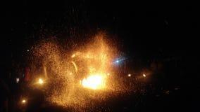 令人惊讶的火展示在夏夜里 免版税库存图片