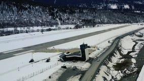 令人惊讶的现代建筑学在一个小山机场,在4k的空中射击 股票视频