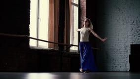 令人惊讶的白肤金发的舞蹈家在舞蹈演播室做麻线一一条腿-慢动作 影视素材
