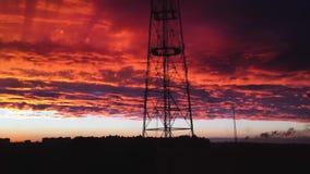 令人惊讶的红色多云日落天空时间间隔 在日落天空的快行剧烈的红色云彩 股票录像