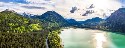 令人惊讶的绿松石湖Sylvenstein,上部巴伐利亚 r 5月,德国 库存图片