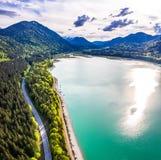令人惊讶的绿松石湖Sylvenstein,上部巴伐利亚 r 5月,德国 免版税库存图片