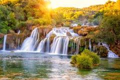 令人惊讶的自然风景,在日出,克罗地亚,室外旅行背景的著名瀑布Skradinski buk 库存照片