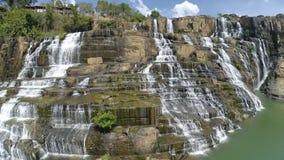 令人惊讶的Pongour瀑布是著名和最美丽的秋天在越南 离大叻市估计不远50 Km ?? 股票录像