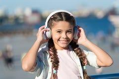 令人激动的旅途通过城市和博物馆 音频游览耳机小配件 城市指南和音频游览 少许女孩 库存图片
