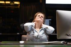 令人讨厌的人一名妇女的从疲劳的 r 免版税库存照片