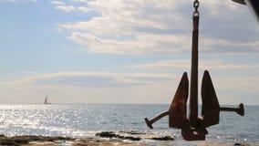 以一个大船锚为背景的风船风帆 股票录像