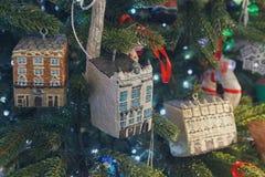 以一个房子的形式装饰圣诞树的 库存图片