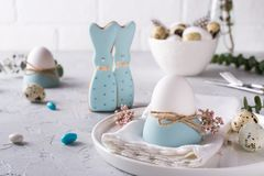 以一个滑稽的兔宝宝、鹌鹑蛋和鸡的形式自创复活节曲奇饼怂恿 复活节庆祝桌设置 免版税库存照片