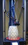 以一个白色花瓶的形式, 3d打印机创造一个图 免版税图库摄影