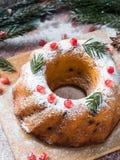 以一个花圈的形式圣诞节蛋糕与圣诞节装饰 石榴茴香星冷杉木分支 免版税库存照片