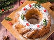 以一个花圈的形式圣诞节蛋糕与圣诞节装饰 石榴茴香星冷杉木分支 图库摄影