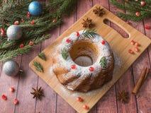 以一个花圈的形式圣诞节蛋糕与圣诞节装饰 石榴茴香星冷杉木分支 免版税图库摄影