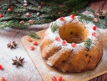 以一个花圈的形式圣诞节蛋糕与圣诞节装饰 石榴茴香星冷杉木分支 免版税库存图片