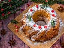 以一个花圈的形式圣诞节蛋糕与圣诞节装饰 石榴茴香星冷杉木分支 库存图片