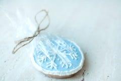 以一个蓝色圆的雪花特写镜头的形式圣诞节姜饼曲奇饼 选择聚焦, bokeh 图库摄影