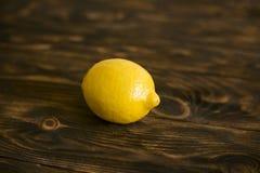 以一个轻的委员会为背景的柠檬 库存图片