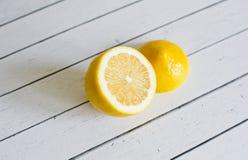 以一个轻的委员会为背景的柠檬 库存照片