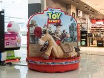 以一匹马的形式电摇摆在一个购物中心的中央大厅里在布加勒斯特,罗马尼亚 图库摄影