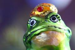 以一只绿色滑稽的青蛙的形式圣诞节玩具 库存照片