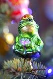 以一只绿色滑稽的青蛙的形式圣诞节玩具 库存图片