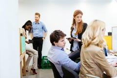 以一团队工作在办公室的设计师 库存图片